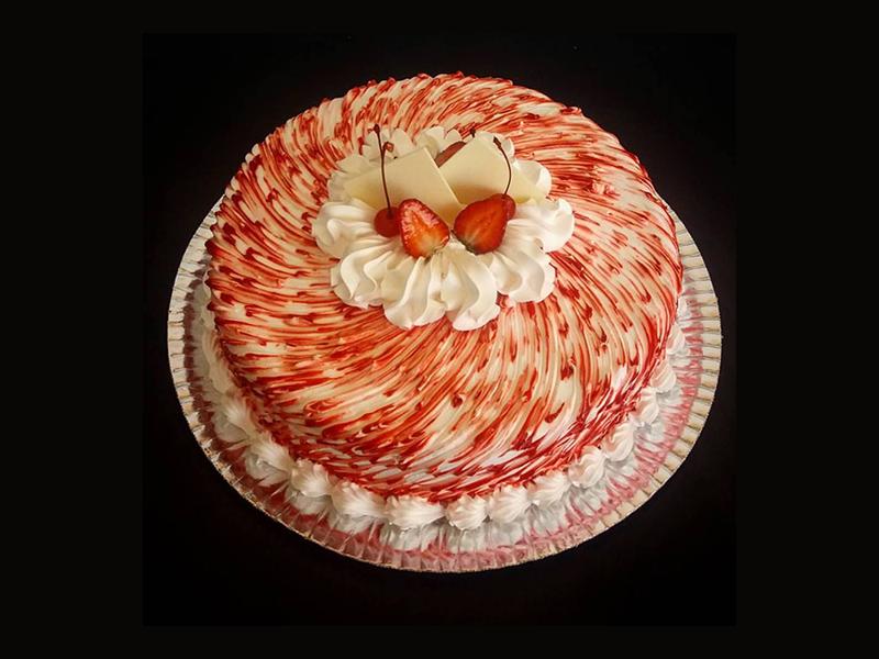 bolo-chantilly-decorado-com-morango-confeitaria-meridional